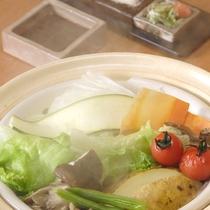 *【夕食一例】特選料理:温泉野菜蒸し鍋で旬の野菜を堪能