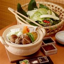 *【夕食一例】特選料理:温泉野菜蒸し鍋。当館自慢の一品