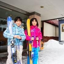 ホテル入口脇にあるレンタルスキーショップ/宿泊者限定の割引もあり