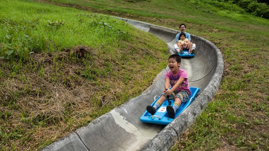 【スーパースライダー】高原の風を切って勢いよく滑り降りる!高快感とスピード感はサイコー