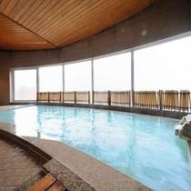 【瑠璃倶楽】大きな窓から明るい光が注ぐ広々浴槽で乳白色の蔵王温泉を掛け流しで満喫