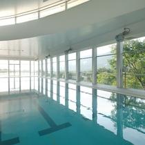 【タカミヤGアクティビティ/屋内プール】瑠璃倶楽リゾートの開放感ある温水プールで、リゾート気分を満喫