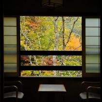 *8畳客室から眺める紅葉景色