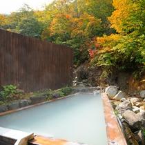*優しい肌触りが嬉しい、秋の桧露天風呂