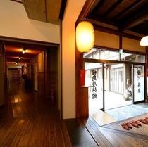 【館内】玄関とリニューアル客室への廊下