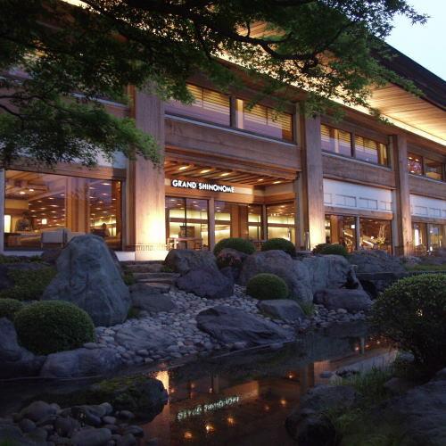 日本庭園からの本館外観