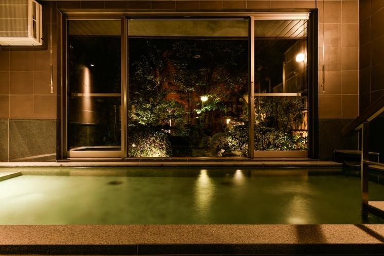 大浴場からの庭の眺望(夜)