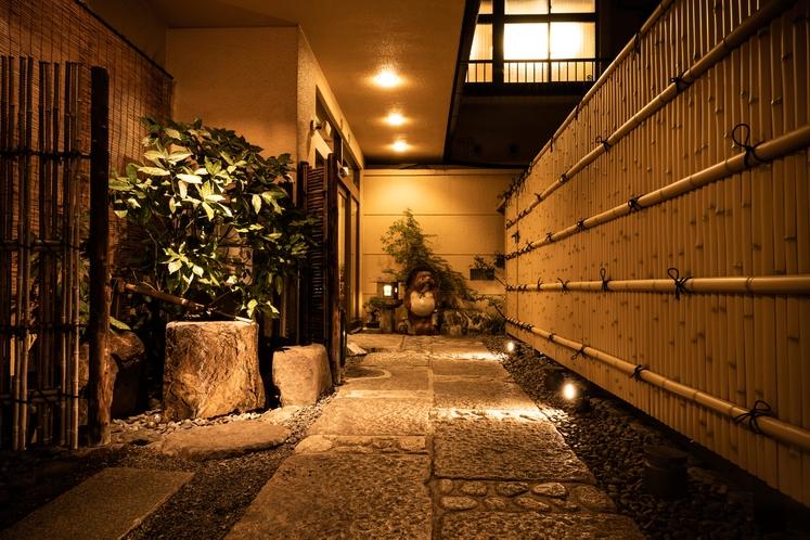エントランス入口(夜)
