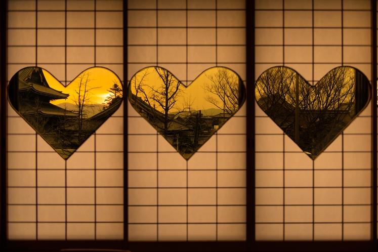 窓から 東本願寺を眺めるお部屋猪目障子 限定2部屋(10畳バス・トイレ付)