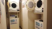 2階には洗濯機と乾燥機をそれぞれ2台ずつご用意しております。