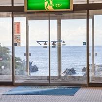 *【館内(玄関)】ロビーからは、海が一面に広がる絶景をご覧いただけます。