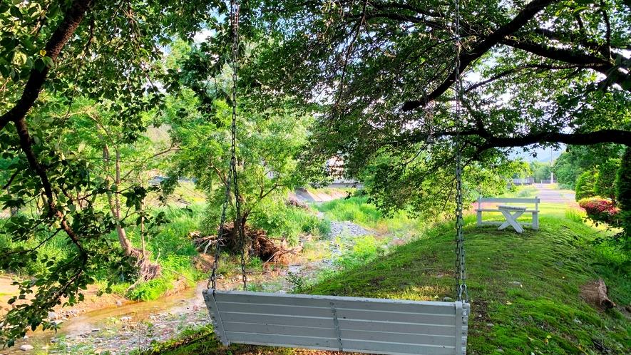 ◆【施設】川のほとりの手作りブランコで一休み