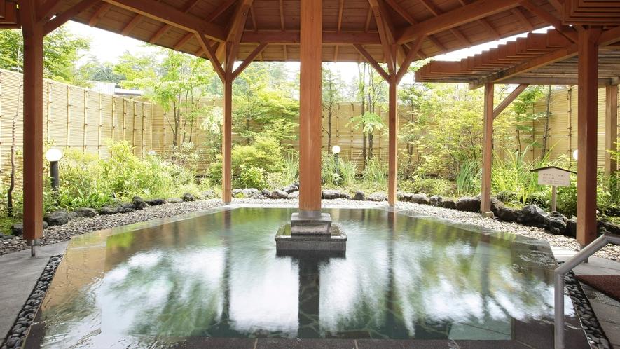 露天風呂『石庭』 さらりと透明な万代鉱源泉。硫黄の匂いが苦手な方でも大丈夫!湯上がりさっぱり