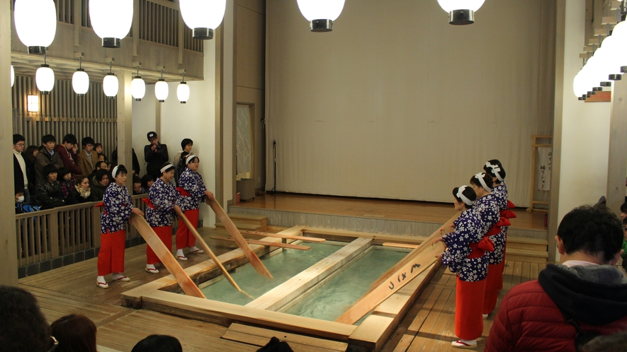 熱の湯では草津の伝統湯もみを行っております。(【観覧料金】大人600円・小学生300円)