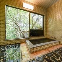 *【浴室・男湯】別棟にございます。窓を開け放つと露天風呂さながらの開放感があります。