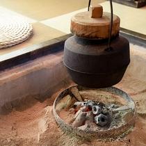 *【部屋一例・栗の間】囲炉裏を囲み、安らぎの時間をお過ごしください。
