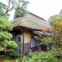 *【部屋】8棟のことなる古民家は、旅情をそそります。