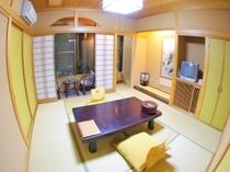 和室8畳 広い岩風呂の客室①