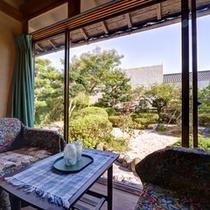 *和室4.5畳(客室一例)/お部屋から望む四季を彩る景観美に心和むひと時。