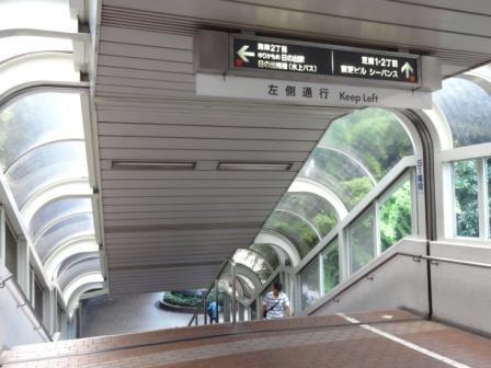 連絡通路の最後の階段「S1」の所です。