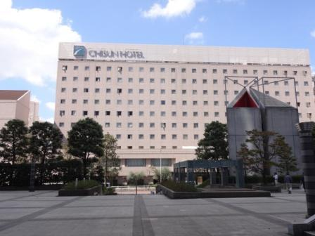 「シーバンス」を通り抜けると、チサンホテル浜松町が見えます。