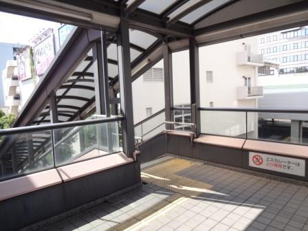 案内看板を左に曲がり、更に左手の階段を下りて下さい。