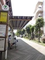 階段を下り、バス停を過ぎて下さい。