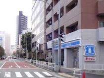 ローソンの奥3つめのビルがチサンホテル浜松町です。