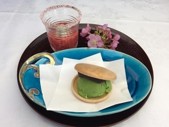 デザート(贅沢苺ジュースと抹茶最中アイス一例です)