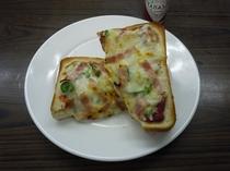 【朝食】毎週水曜日は、本物の洋食屋さんのコックが作る特別メニュー(例・ピザトースト)
