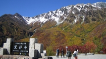 *周辺/紅葉の黒部平。冠雪と紅葉どちらも楽しめる景色です。