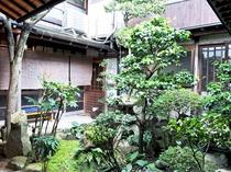 【館内】建物内には緑たっぷりの庭園も