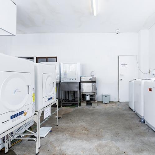 【ランドリールーム】管理棟にあります。長期滞在では避けては通れないお洗濯問題も解決できます。