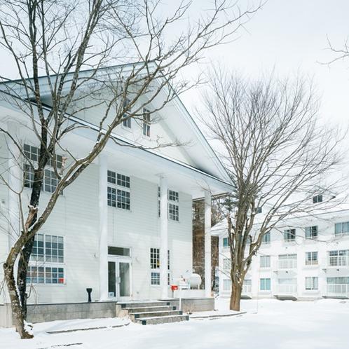 【外観】手前の建物がフロントのある管理棟で奥の建物が客室棟です。夏季限定の弓道場も敷地内にあります。