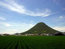 ホテル展望浴場からも見える、飯野山(讃岐富士)。