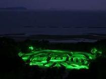 有明浜の白砂に描かれた「寛永通宝」。ホテルから車で約30分。