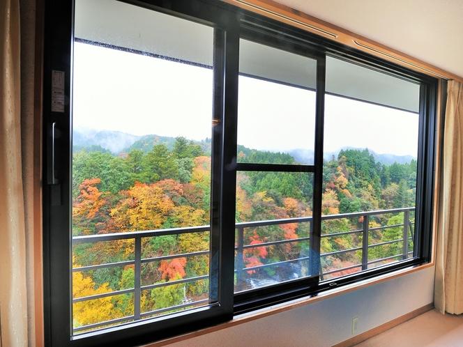 秋には窓から紅葉がお楽しみ頂けます。(11月下旬~12月上旬)