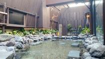 露天風呂で癒しのお風呂タイム(湯温:41~43℃)【営業時間】15:00~翌10:00