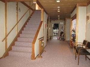 (7)フロントから見た1階ロビーと2階へのゆったりした階段 貸切風呂は階段の下、画面中央の左側にあります