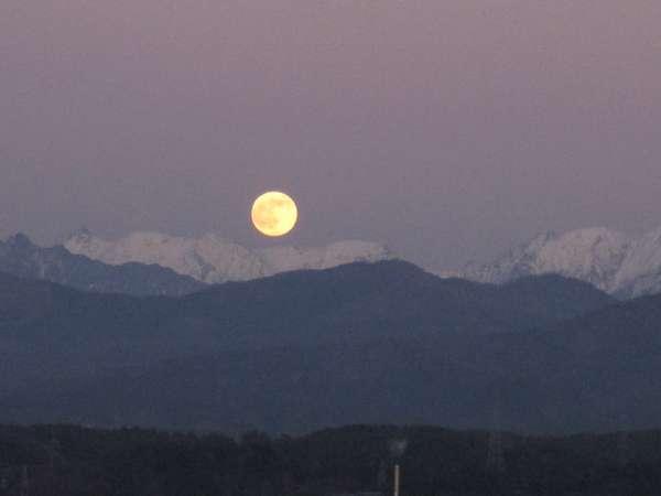 (6)絶景かな!槍ヶ岳・穂高連峰と満月のお月さま(2009.12.2夕方4:45)