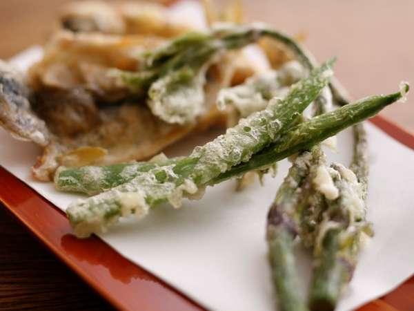 (8)あまごのから揚げと、山うどの天ぷら。こちらもその日によって旬の食材に変わります(一例)