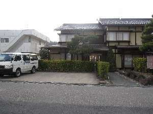 (8)こまくさの駐車場…正面に3台、左側に2台、あと右となりにある願生寺の駐車場が利用できます(無料)