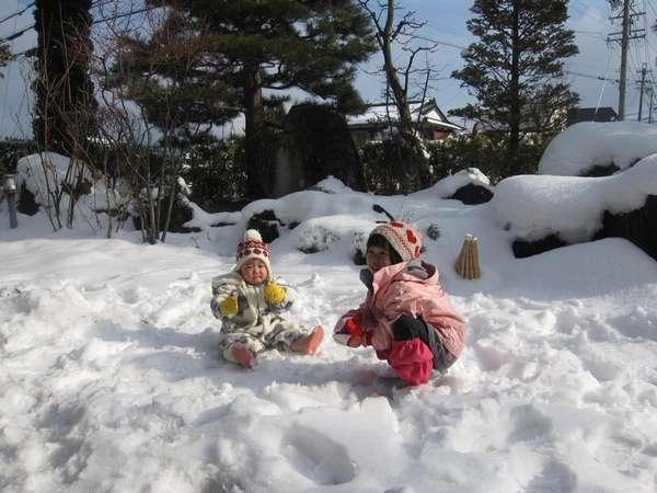 (10)こまくさの庭で雪遊びが出来ます(1月頃の写真)