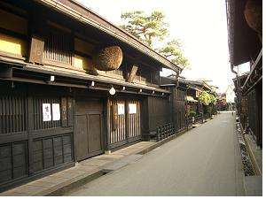(3)飛騨高山の観光名所『古い町並み』は車で約7分のところにあります。
