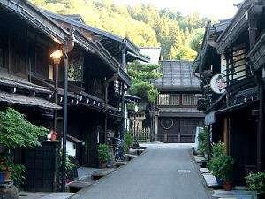 (2)『古い町並み』は当館より、車で約7分。観光のあとは、おいしい食事をお楽しみください。