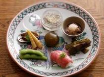 ⑥季節の八寸盛り:飛騨牛のにぎりや山菜など旬の味をお楽しみいただけます(一例)