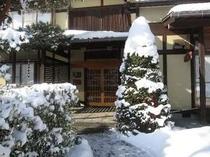 ⑥こまかい雪が深々と降ります。雪景色の玄関(2009.1.14)