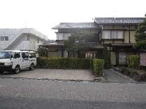 ⑧こまくさの駐車場…正面に3台、左側に2台、あと右となりにある願生寺の駐車場が利用できます(無料)