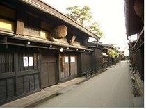 ③飛騨高山の観光名所『古い町並み』は車で約7分のところにあります。