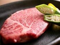 ③飛騨牛ヒレステーキはお肉本来の旨みを堪能できるよう、塩コショウでいただきます(一例)